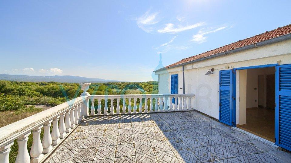 Otok Krk, okolica Vrbnika, kamnita vila