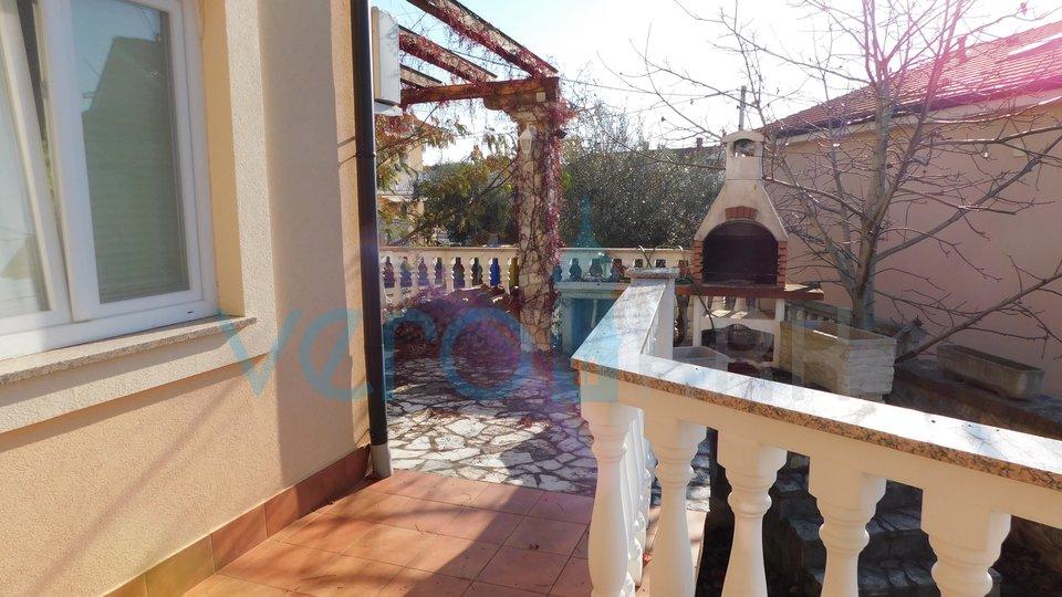 Malinska, dvoetažni stan sa okućnicom i panoramskim pogledom na more