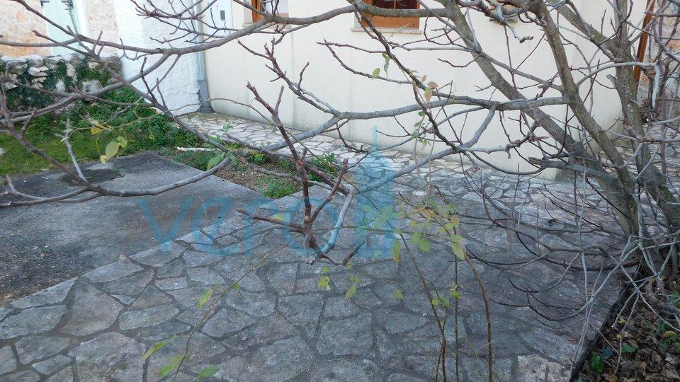 Dobrinj, otok Krk, okolica, autohtona kamena kuća sa bazenom i okućnicom