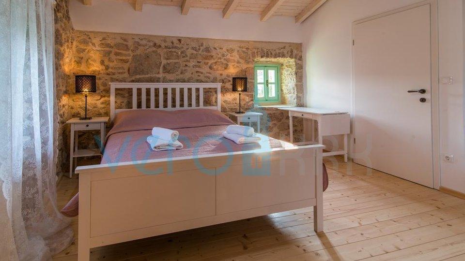 Otok Krk, okolica Vrbnika, kamnita vila z bazenom