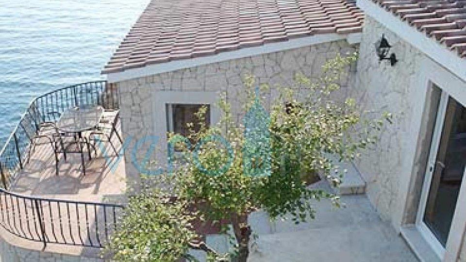 Vrbnik, Insel Krk, einzigartiges Haus auf einem Felsen über dem Meer