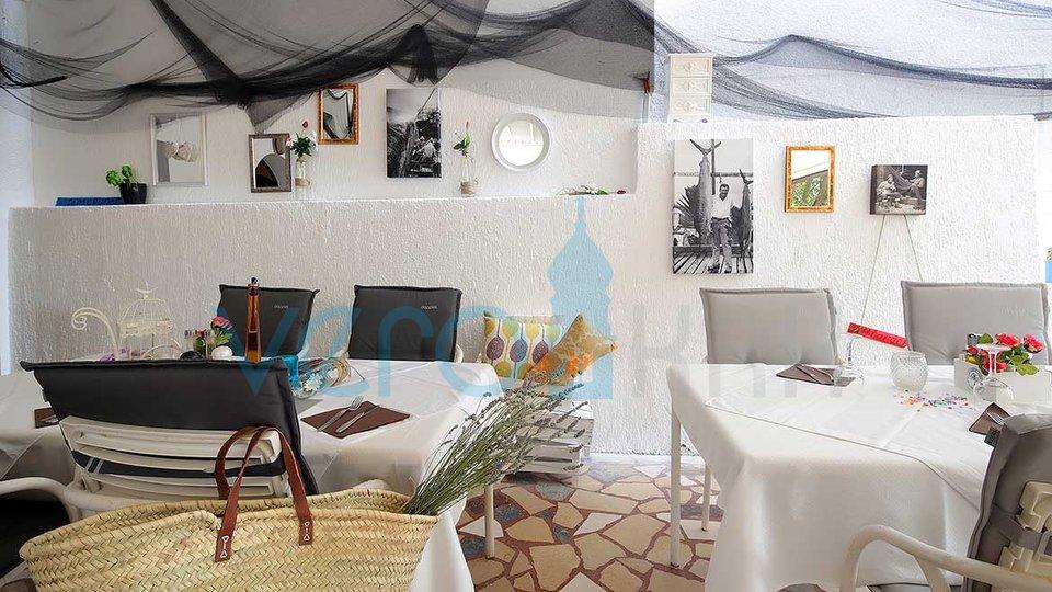 Punat, otok Krk, uveljavljena restavracija z dvema apartmajema na prometni lokaciji