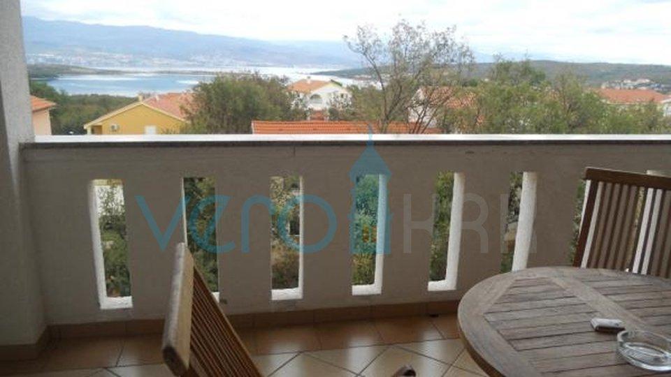 Čižići, otok Krk, dvosoban stan u visokom potkrovlju sa pogledom na more