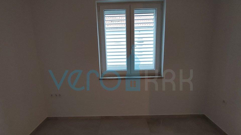 Malinska, apartman od 59 m2 u centru grada s djelomićnim pogledom na more