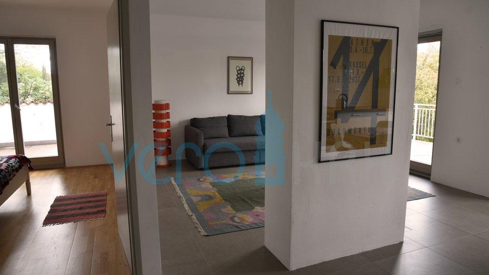 Malinska, centar, samostojeća kuća sa 3 apartmana i velikom okućnicom