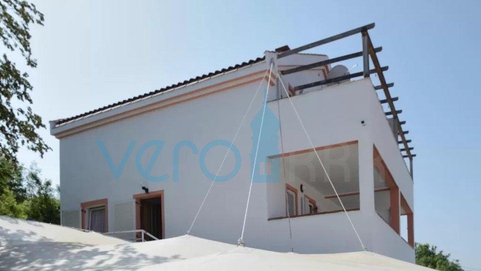 Malinska, okolica, samostojeća kuća sa 6 apartmana i pogledom na more