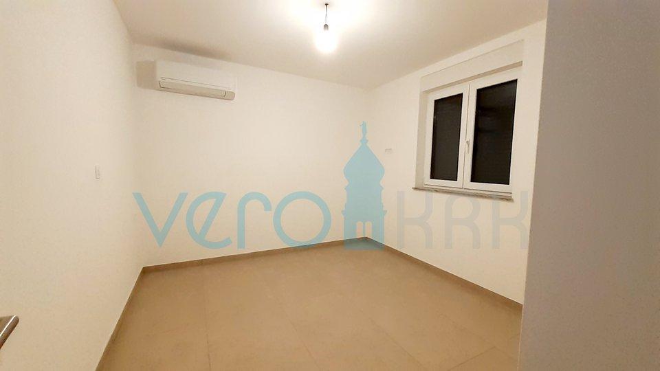 Otok Krk, Malinska, apartman 63m2 u prizemlju sa okućnicom 150m2