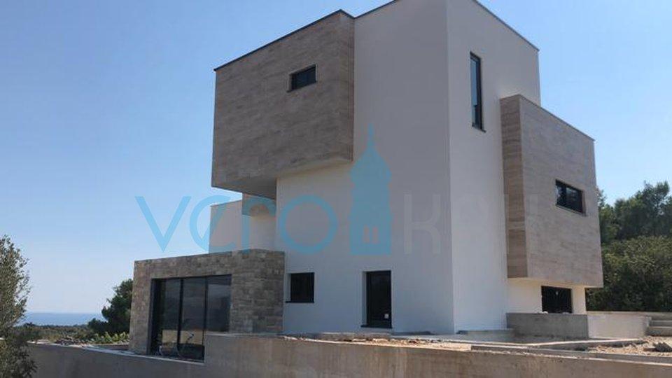 Città di Krk, moderno appartamento con tre camere da letto con giardino e piscina