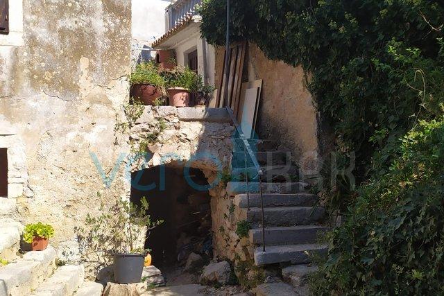 Otok Krk, Dobrinj, avtohtona hiša v vrsti, v slikovitem mestu