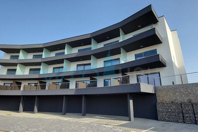 Grad Krk, novogradnja, moderan dvosobni stan na prvome katu sa pogledom na more