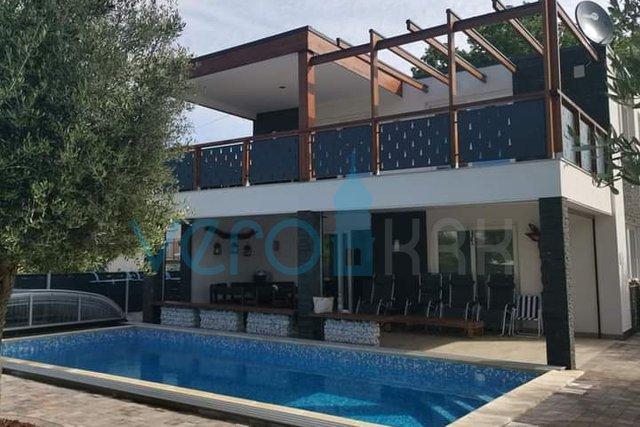 Malinska, neues Haus in der Nähe des Zentrums mit Pool, Garten und Meerblick