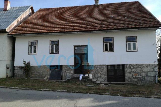 Ravna Gora, samostojeća kuća sa velikom okućnicom i gospodarskim objektom