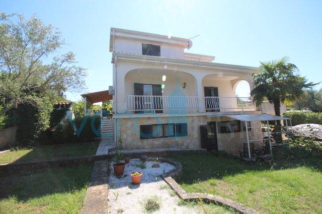 Malinska, okolica, funkcionalna družinska hiša, 150m od plaže