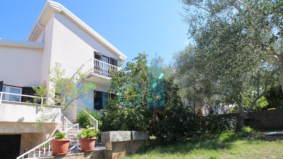 Malinska, okolica, funkcionalna obiteljska kuća, na 150m do plaže