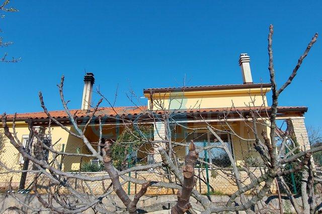 Grad Krk, šira okolica, novija samostojeća kuća sa dva stana i okućnicom